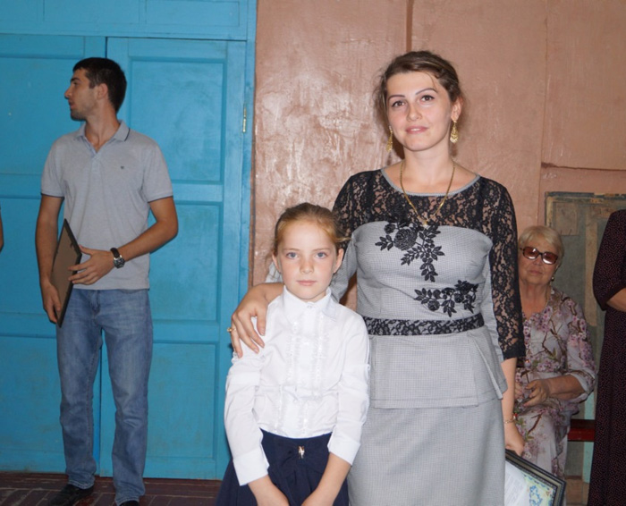Милана с мамой на награждении в школе.