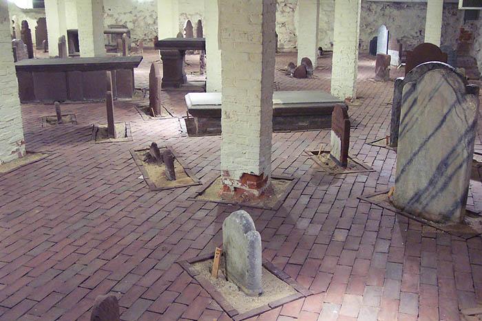 Сохранившиеся захоронения можно увидеть в подвале церкви.