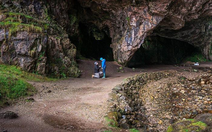 Терри сделал предложение Анне возле пещеры Сму Кейв в Шотландии.