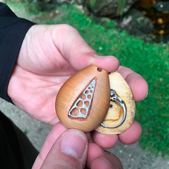 Терри распечатал кулон и достал из него обручальное кольцо.