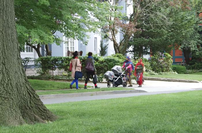 Две женщины в платках, и две без него. Посмотрите, насколько они свободны, они не осуждают друг друга!