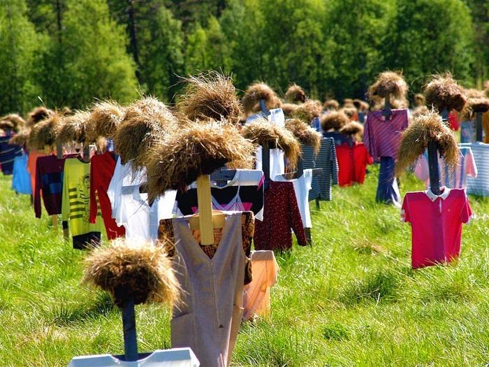 Рейё Кела обновляет одежду на чучелах дважды в год.
