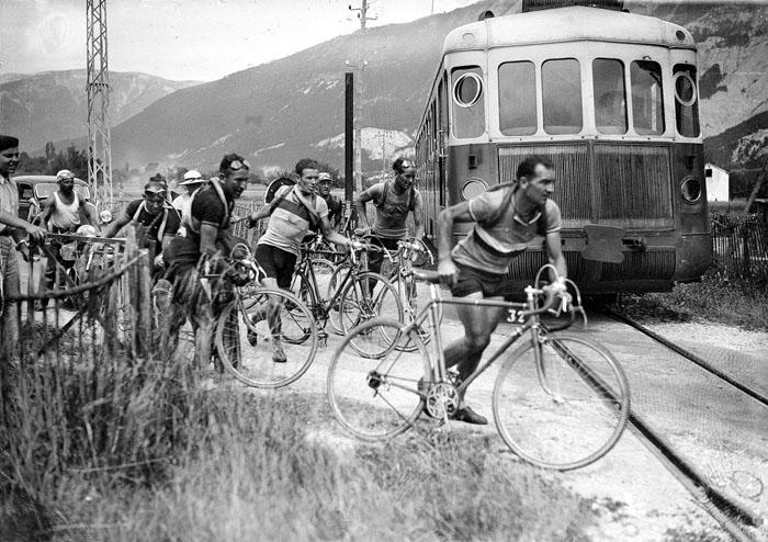 Несмотря на то, что Роже Лапебье недавно перенес операцию, он все равно выиграл гонку в 1937 году. На определенном моменте Роже успел перейти железную дорогу, оставив своих соперников дожидаться, когда пройдет состав.