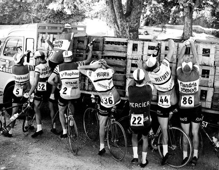 Велогонщики улучают момент взять холодную воду во время 11-го этапа в 1964 году между Тулоном и Монпелье.