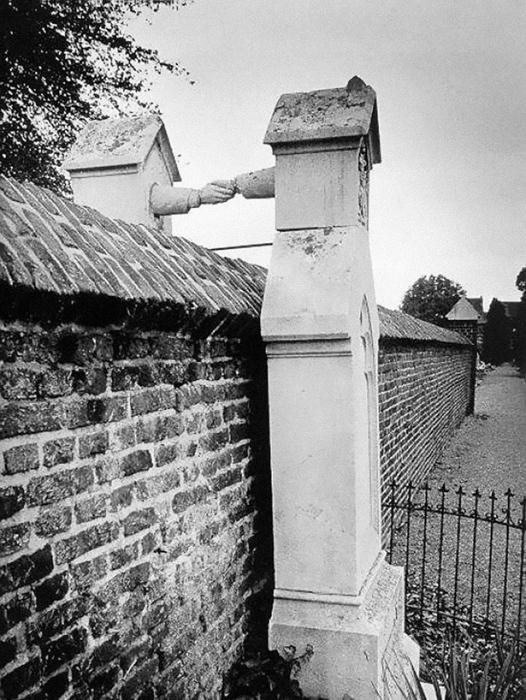 Могила семейной четы в Голландии.