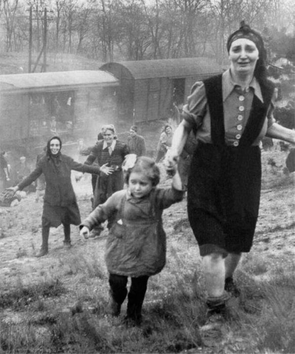 Женщины и дети, бегущие из поезда.