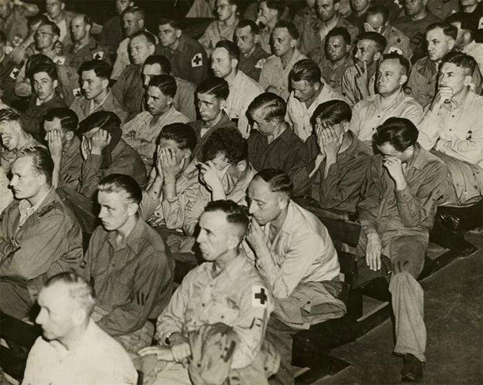 Немецкие военные в кинотеатре. 1945 г.