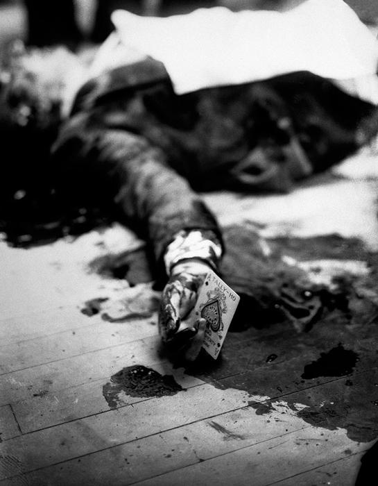 Мафиози Джо Массериа убит, держит в руках туз пик, 1931 г.