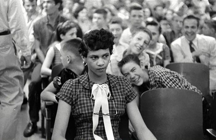 Dorothy Counts: девушку дразнят и обижают белые парни-студенты. 1957 г.