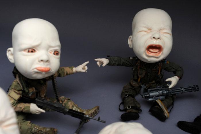Фарфоровые детишки в инсталляции Джонсона Цанга.