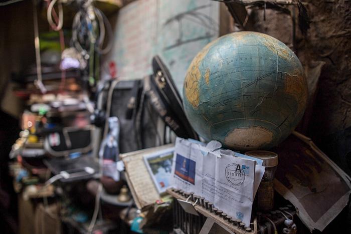 Вот уже несколько лет Юрий Алексеев живет в землянке рядом с трассой. Фото: Daily Storm.