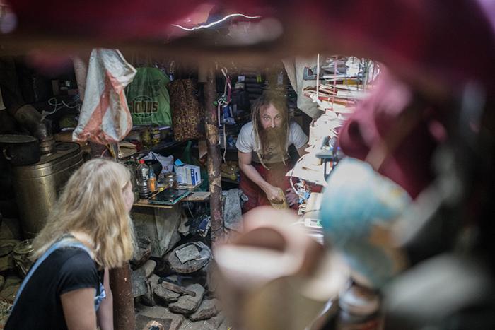 Юрий постоянно принимает гостей в своей землянке. Фото: Daily Storm.