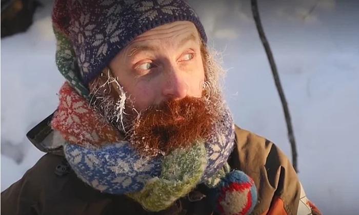 Зимой Юрий греется с помощью печки-буржуйки.