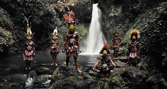 Племя Хули, водопад Амбуа, Папуа Новая Гвинея.