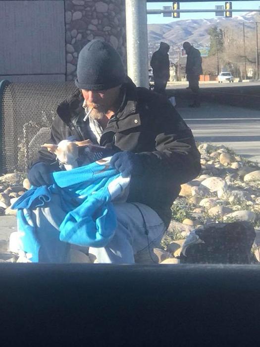 Рон вместе с собакой, которую выбросили из проезжающей машины.