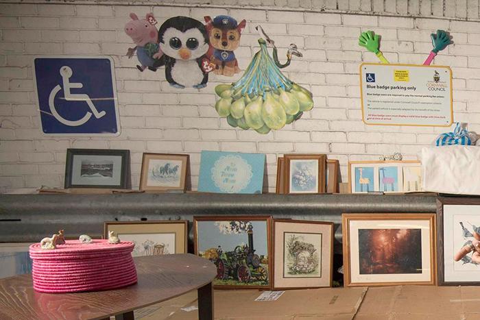 Пол принес в свое жилище множества картин, которые другие люди выкидывали.