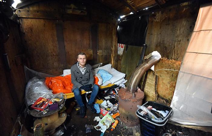 Последние 10 месяцев Кейран жил в заброшенном вагоне.