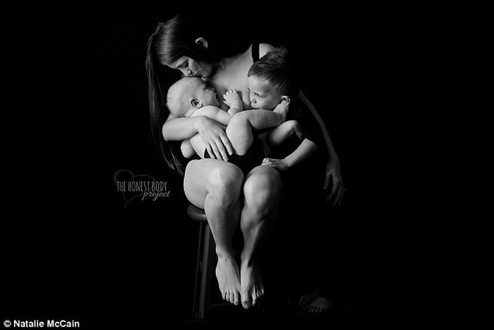Эта мама говорит, что кормление грудью создает особую связь между мамой и детьми. Фото: Natalie McCain.