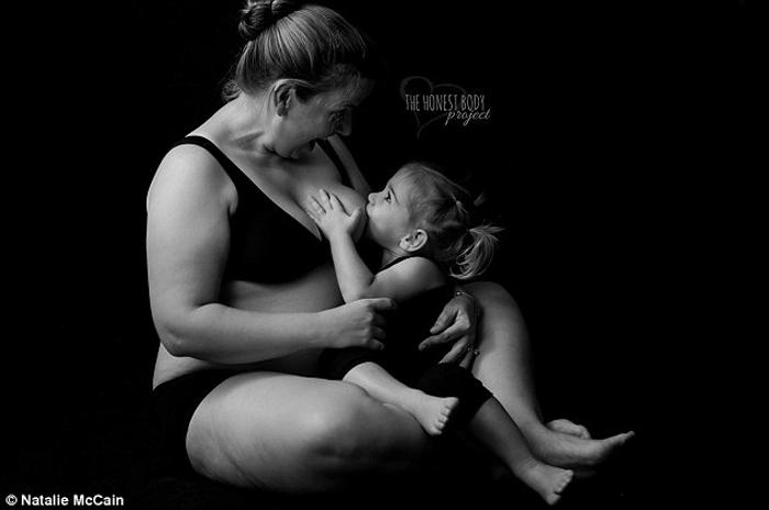 Эта мама продолжала кормить дочку, даже уже будучи беременной вторым ребенком. Фото: Natalie McCain.