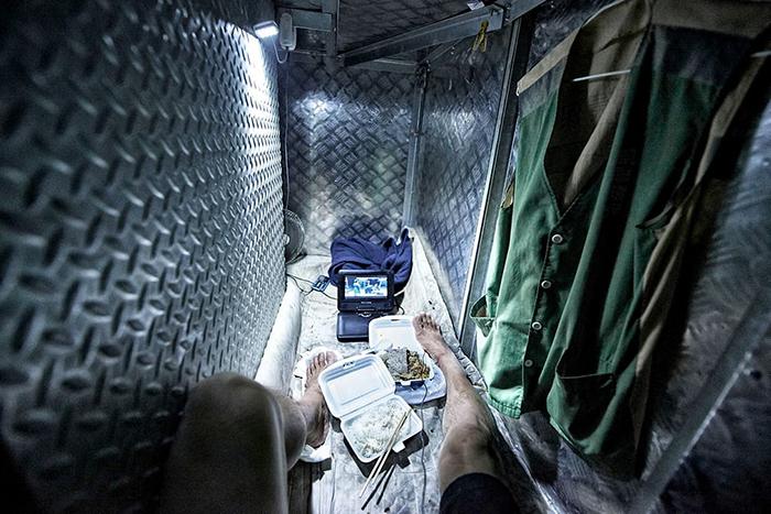 В маленьких комнатушках живут люди, которые не могут позволить себе обычное жилье. Фото: Benny Lam.