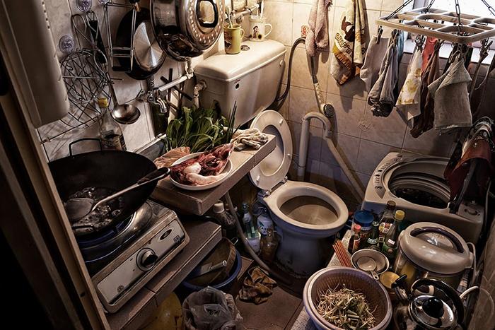 Кухня и туалет находятся рядом. Фото: Benny Lam.