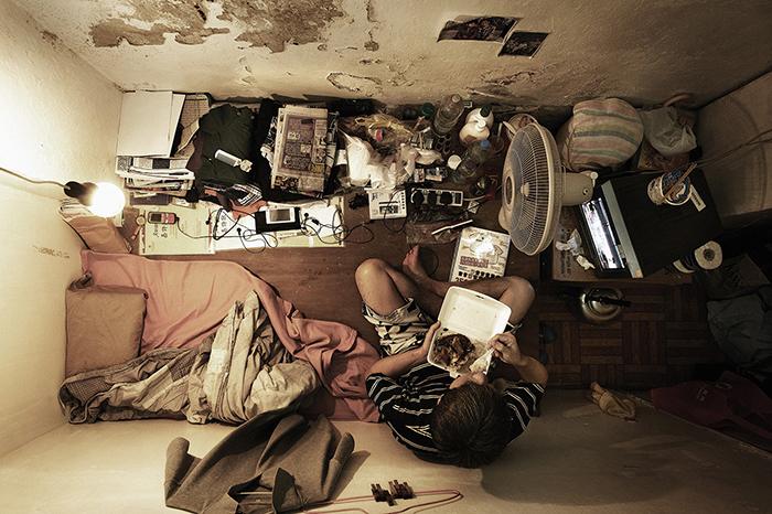 Большая часть жизнь этих людей проходит в миниатюрных комнатах. Фото: Benny Lam.