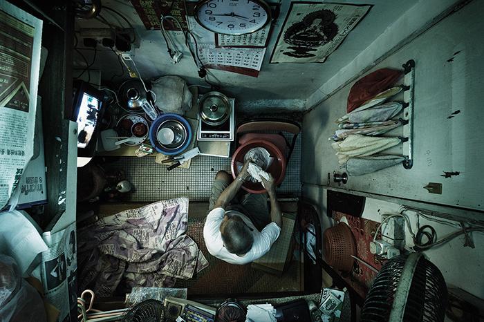 В подобных квартирах живут, в основном, бедные люди. Фото: Benny Lam.