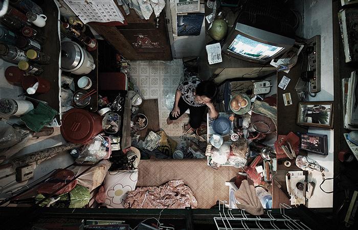 В подобных комнатах могут жить по одному, а иногда и по несколько человек.  Фото: Benny Lam.