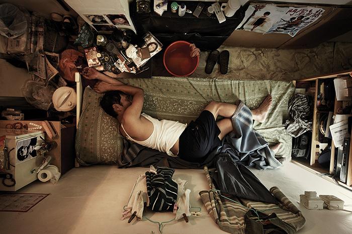 Разделенные квартиры в Гонконге.  Фото: Benny Lam.