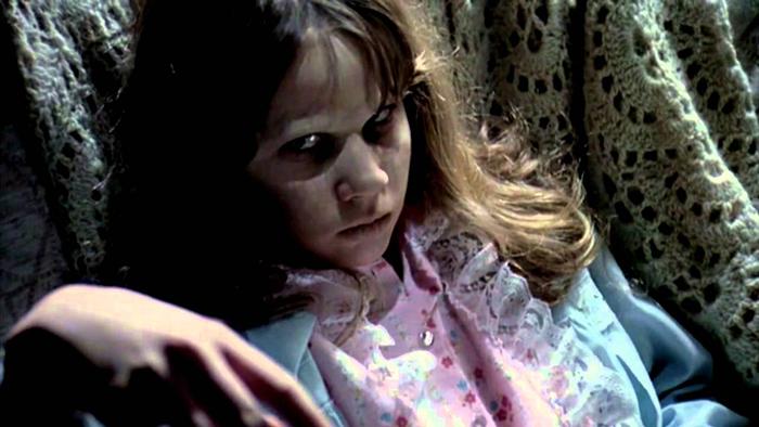 В фильме *Экзорцист* главным героем стала девочка, а не мальчик, как в оригинальной истории.