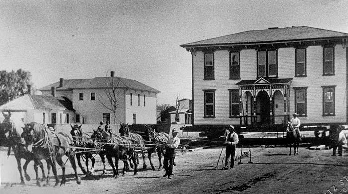 Лошади тянут огромный двухэтажный дом.