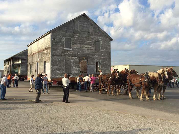 В 2016 году два дома амишей Иллинойса были перенесены на новое место с помощью лошадей.