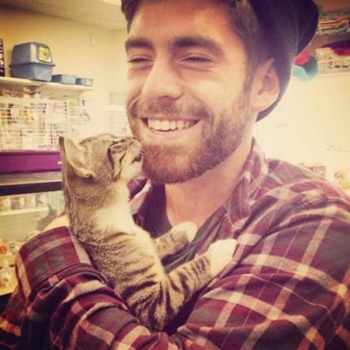 Иногда друга можно купить, но только если это кот.  Instagram hotdudeswithkittens.