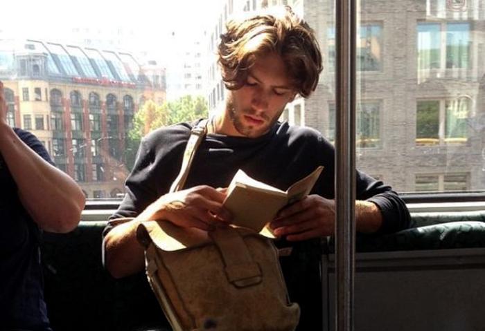 Инстаграм про читающих парней из нью-йоркской подземки.