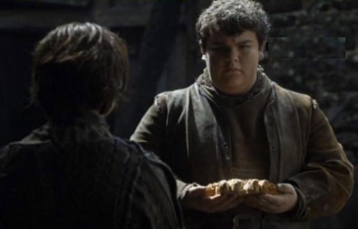 Пирожок вручает Арье пряник в форме лютоволка.