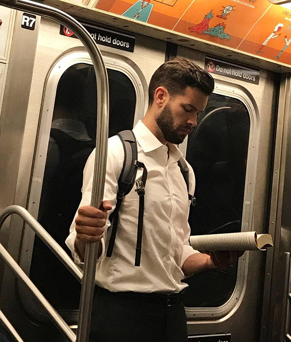 """Ты понимаешь, что понедельник взял свое, когда оранжевый цвет в метро кажется тебе лучами солнца. Обычно я такая """"поезд, поезд, исчезни"""", но с таким-то парнем рядом, что ж, можно *пострадать* немного подольше...  Instagram hotdudesreading."""