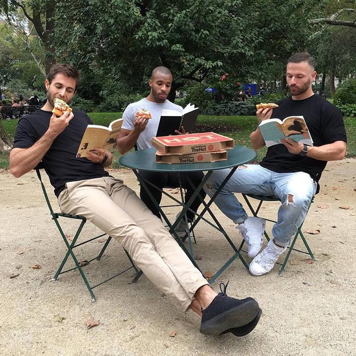 Мой девиз - чем больше, тем веселее. Книги, пицца - что еще нужно для крутой вечеринки?  Instagram hotdudesreading.