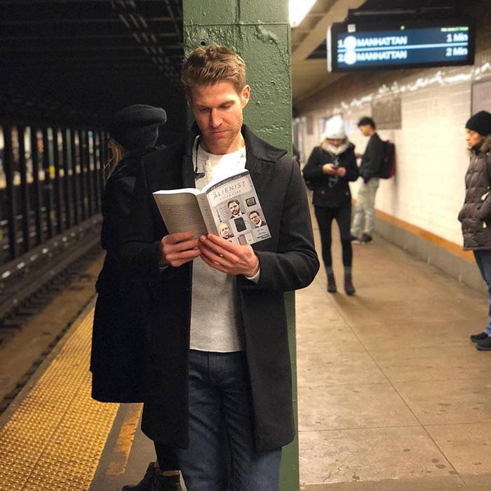 Кажется, я не одна, кто решил почитать перед представлением в театре. Хотя конкретно этот экземпляр, похоже, прочел больше, чем успела я. Я найду его на представлении и положу ему в книгу эксклюзивное приглашение на вечеринку... в моей гостиной... Бруклин.  Instagram hotdudesreading.