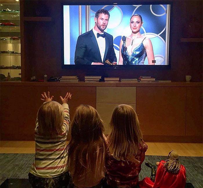 Папу показывают по телевизору.