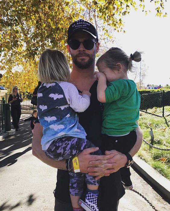 Папочка с детишками.