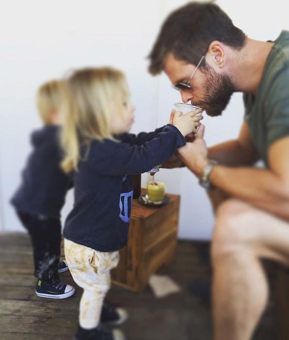 *Тристан помогает папе пить кофе*.