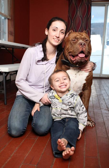 Лиза и Джордан вместе с домашним любимцем.