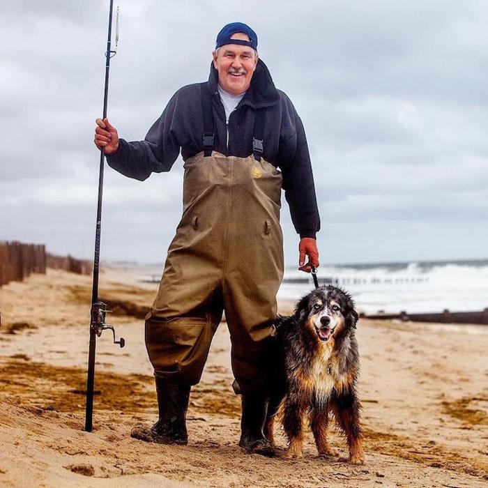 Ему 11 лет, и он микс австралийской овчарки и бигль/хаски. Я прихожу с ним на пляж, потому что песок, воздух и упражнения полезны для него. Да что там - для нас обоих.