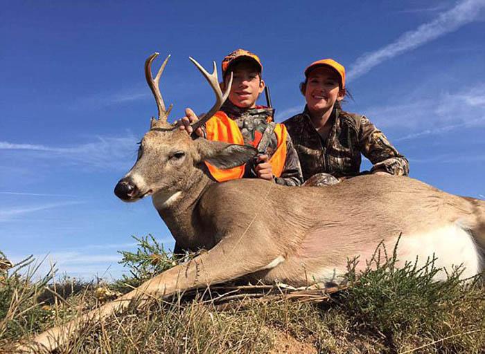 Хизер и ее сын Хуан рядом с убитым оленем.