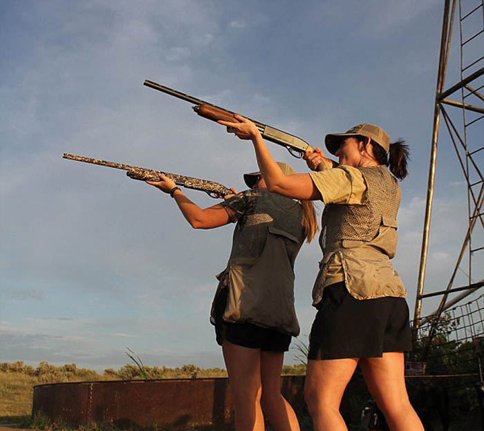 Хизер и Аманда на охоте.