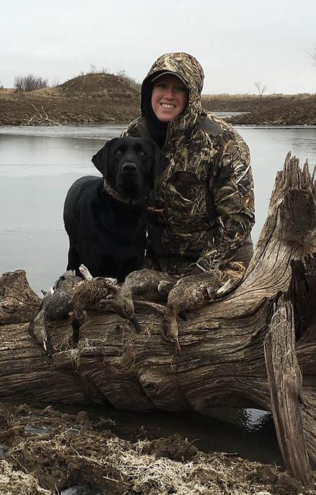Аманда со своей собакой на охоте на уток.