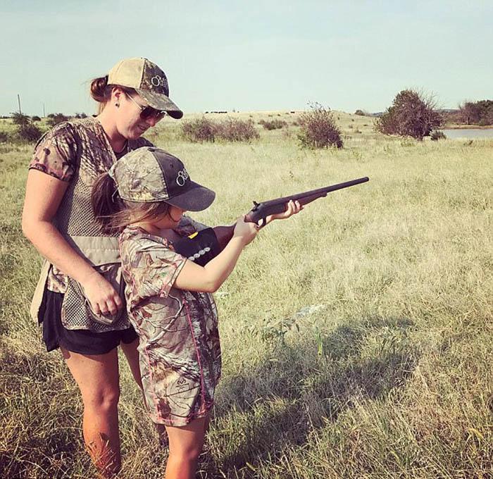 Аманда показывает маленькой Армонии, как надо стрелять.