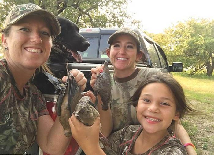 Женщины никогда не берут с собой на охоту всех детей сразу, чтобы быть в состоянии уследить за всеми. Безопасность прежде всего.