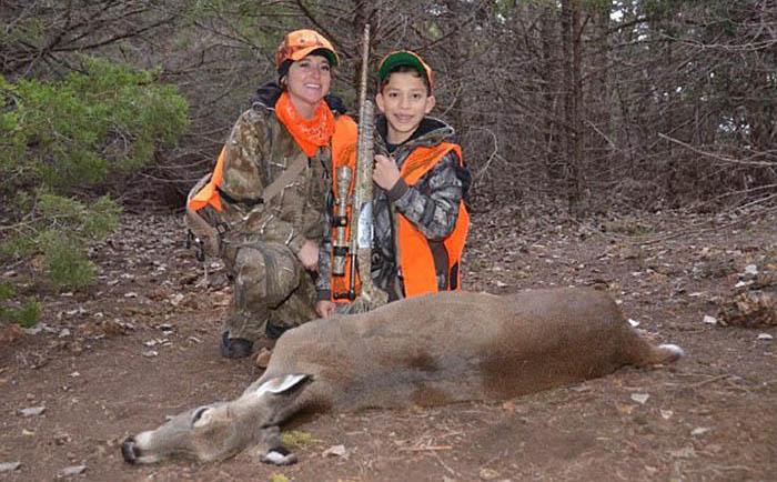 Мама взяла детей с собой на охоту.