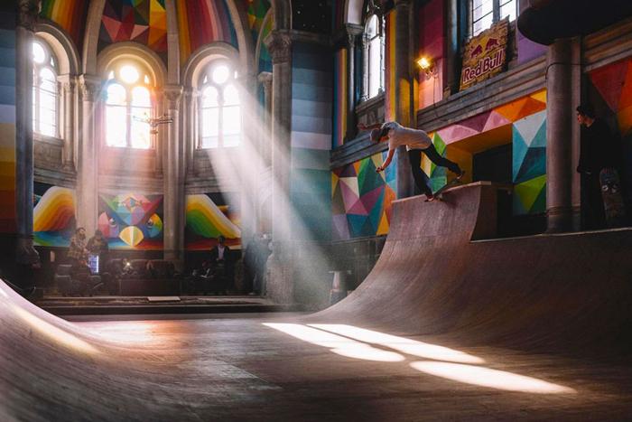 Церковь стала скейт-площадкой.